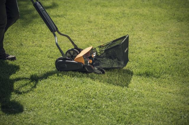 Sekačka s košem na trávu Fiskars